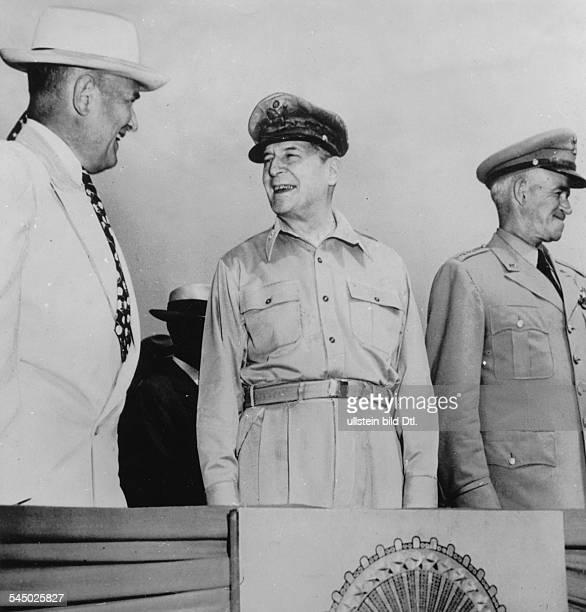 Offizier, USAGeneral MacArthur , Oberkommandierender der US-Operationen in Korea, mit US-Verteidigungsminister Louis Johnson und General Omar Bradley...