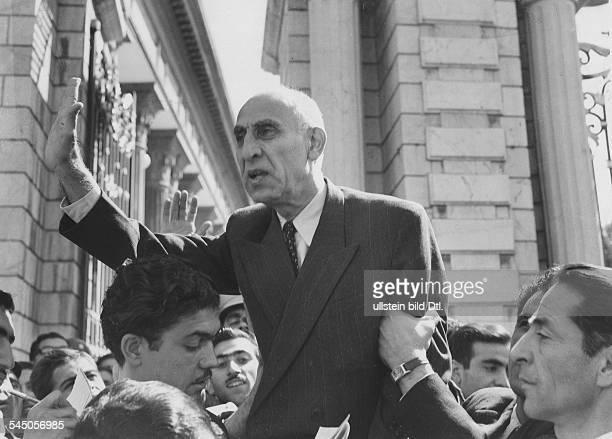 18801967Politiker Persien19511953 MinisterpräsidentAnsprache vor dem Parlamentsgebäude in Teheran Oktober 1951