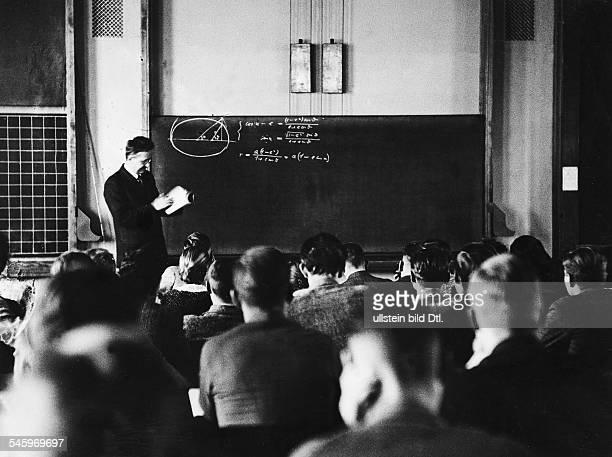 *18851955Mathematiker DKolleg an der Universität in Göttingen bei Prof Weyl 1934