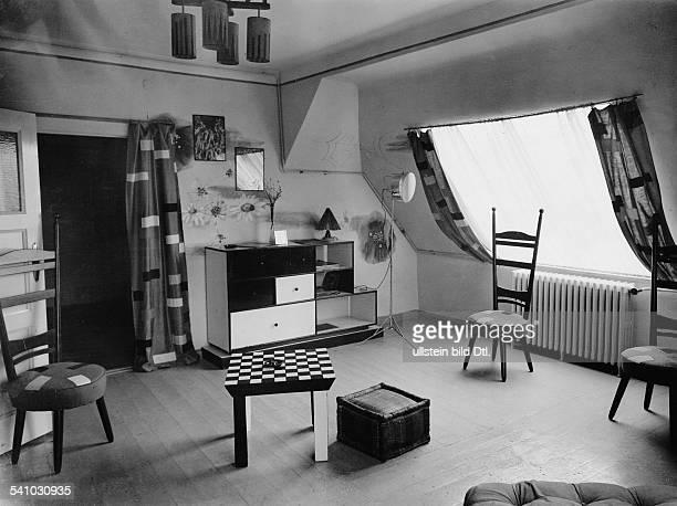 *18961963Fotograf Fotojournalist Pressefotograf UngarnWohnraum mit Möbeln der AtelierWohnung des Fotografen nach einem Entwurf des Architekten JR...