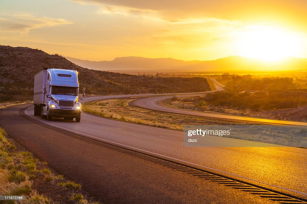 18 a wheeler-Caminhão de reboque de trator em interstate highway ao pôr do sol : Foto de stock
