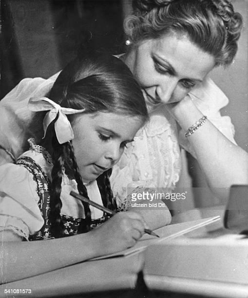*19011945Ehefrau des NSDAP PolitikersJoseph Goebbelsmit ihrer Tochter Helga 1939