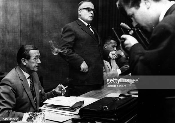 19051998Politiker CDU DBundesvertriebenenminister 19531960Oberländer als Bundesvertriebenenminister auf einer Pressekonferenz auf der unter Vorlage...