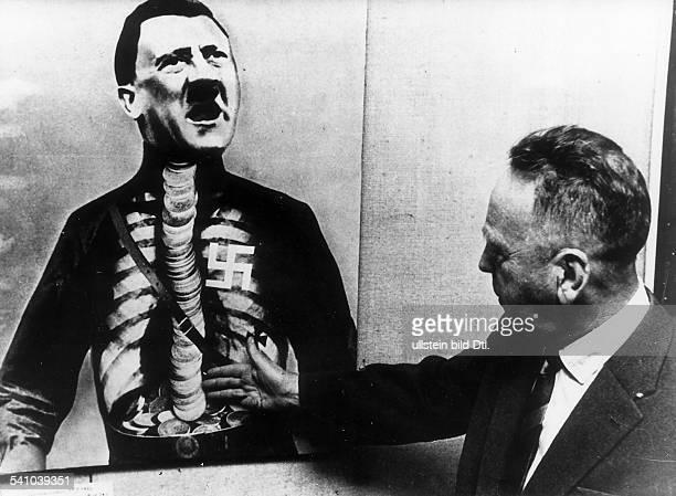 *19061891Künstler D/DDRerklärt die Fotomontage 'Hitler' beieiner Ausstellung in Stockholm 1967