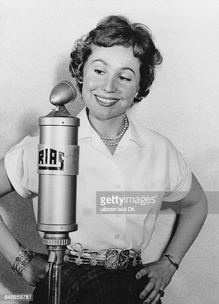 *Sängerin Sopran D Porträt vor dem RiasMikrofon 1956