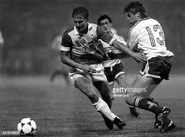 1967Sportler, Fussball DDR Uefa-Pokal: 1.FC Karl-Marx-Stadt - FC Sion 4:1- wird im Zweikampf von Fournier festgehalten