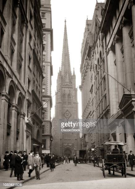 1910s 1915 TRINITY CHURCH ANONYMOUS BUSINESSMEN PEDESTRIANS HORSE AND CARRIAGE WALL STREET NEW YORK CITY USA