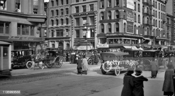 1910s FIFTH AVENUE & 46th STREET TRAFFIC SHOPS PEDESTRIANS SHOPPERS CARS HORSE & WAGONS BUSY INTERSECTION NYC USA
