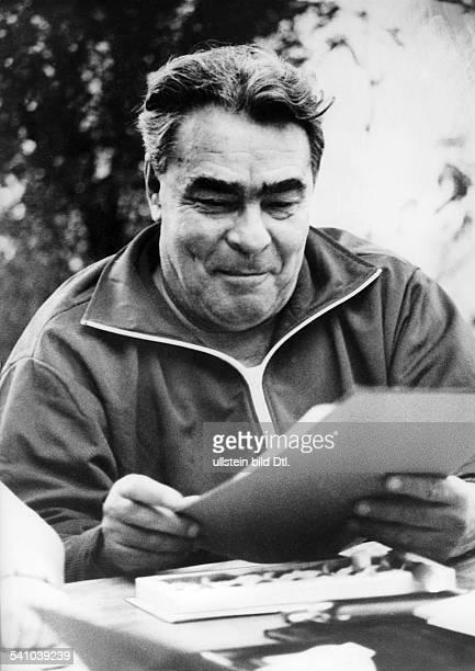 *Politiker UdSSR Generalsekretär des ZK der KPdSU 196482Staatschef 197782 im Freizeitanzug liest in Papieren 1976