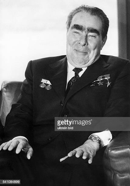 *Politiker UdSSR Generalsekretär des ZK der KPdSU 196482Staatschef 197782 sitzt belustigt in einem Sessel 1978