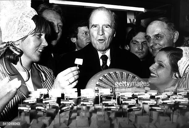 1914Politiker CDU BRDder Bundespräsident bei seinem Rundgangauf der Berliner 'Grünen Woche' amholländischen Stand mit Meisjes 1981