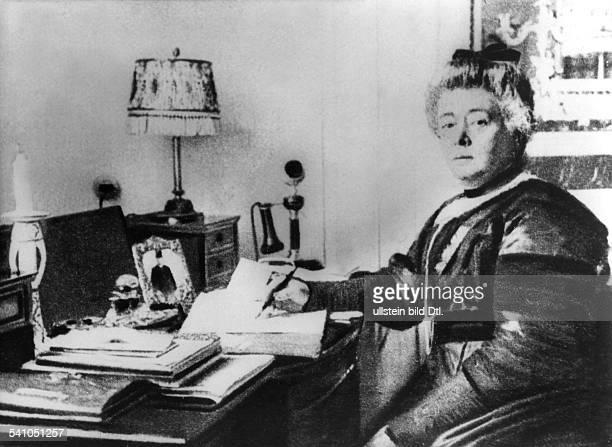 1843 1914Schriftstellerin Dan ihrem Schreibtisch