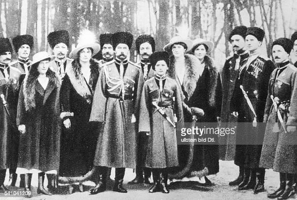 1868 1918Zar von Russland 1894 1917Besucht mit seiner Familie einKosakenRegiment Vor den Soldaten vlAnastasia Olga der Zar der ZarewitschTatjana und...