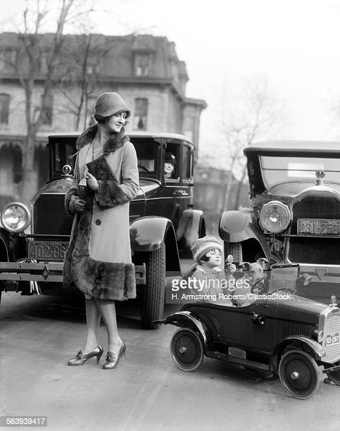1920s SMILING MOTHER...