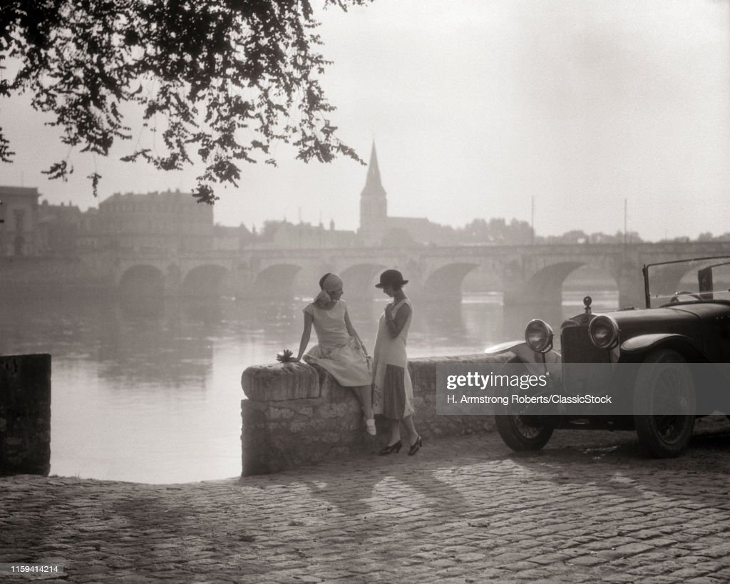 1920s TWO YOUNG WOMEN WITH... : News Photo