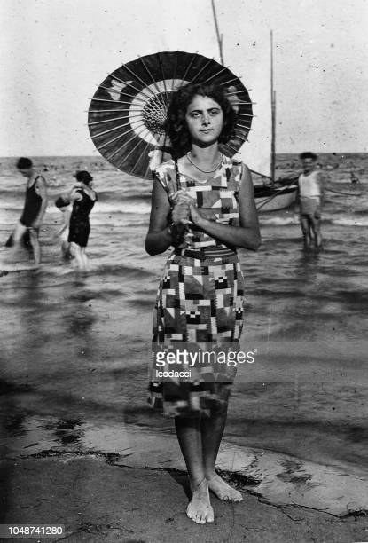 1920s young woman portrait at the beach, italy. - filmato d'archivio foto e immagini stock