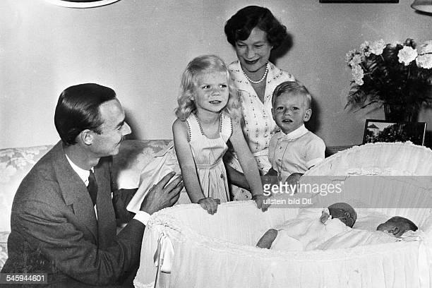 *1921Grossherzog von Luxemburg seit1964mit Ehefrau Josephine Charlotte und den Kindern Marie Astrid Prinz Henri und den neugeborenen Zwillingen Prinz...