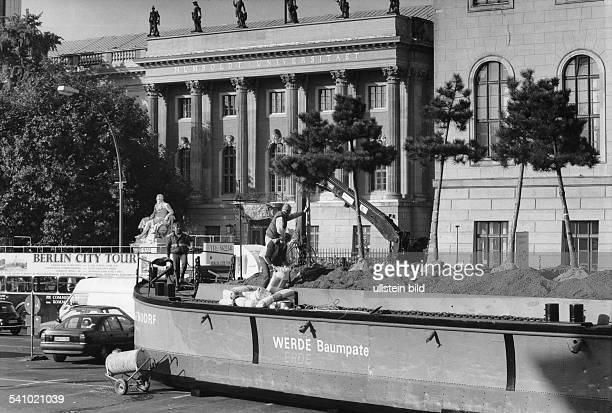 *1930Künstler DAktion 'Werde Baumpate' Ben Wargin aufseinem Boot vor der Humboldt Universität in Berlin Oktober 1994
