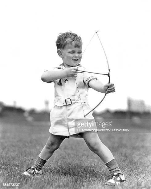 1930s BOY OUTDOORS AIMING...