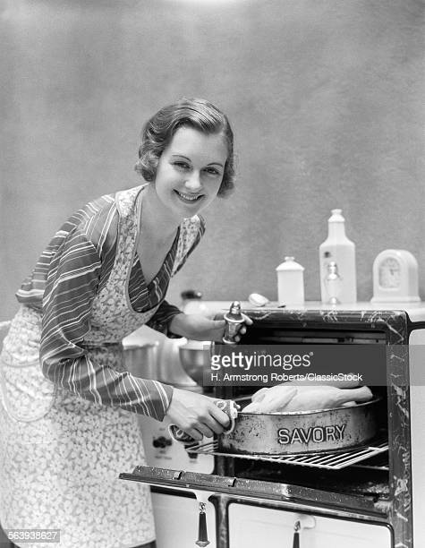 1930s HOUSEWIFE IN APRON...