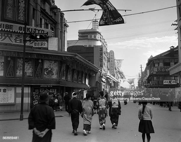 1930s PEOPLE STROLLING...