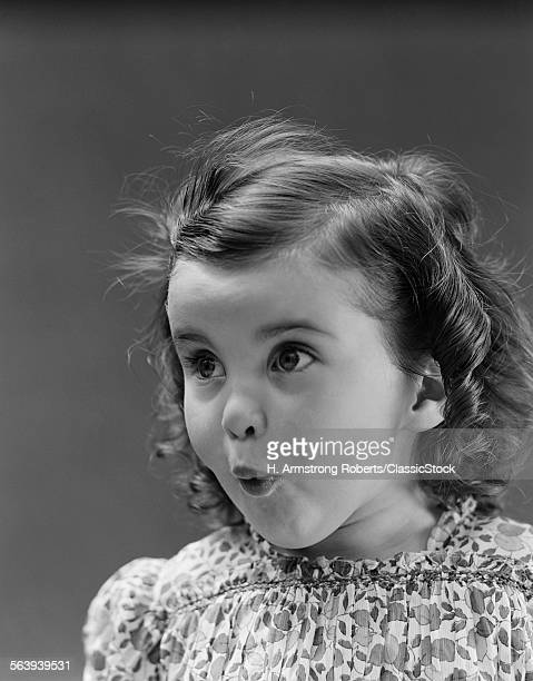 1930s PORTRAIT BRUNETTE LITTLE GIRL WITH SURPRISED AMAZED FACIAL EXPRESSION