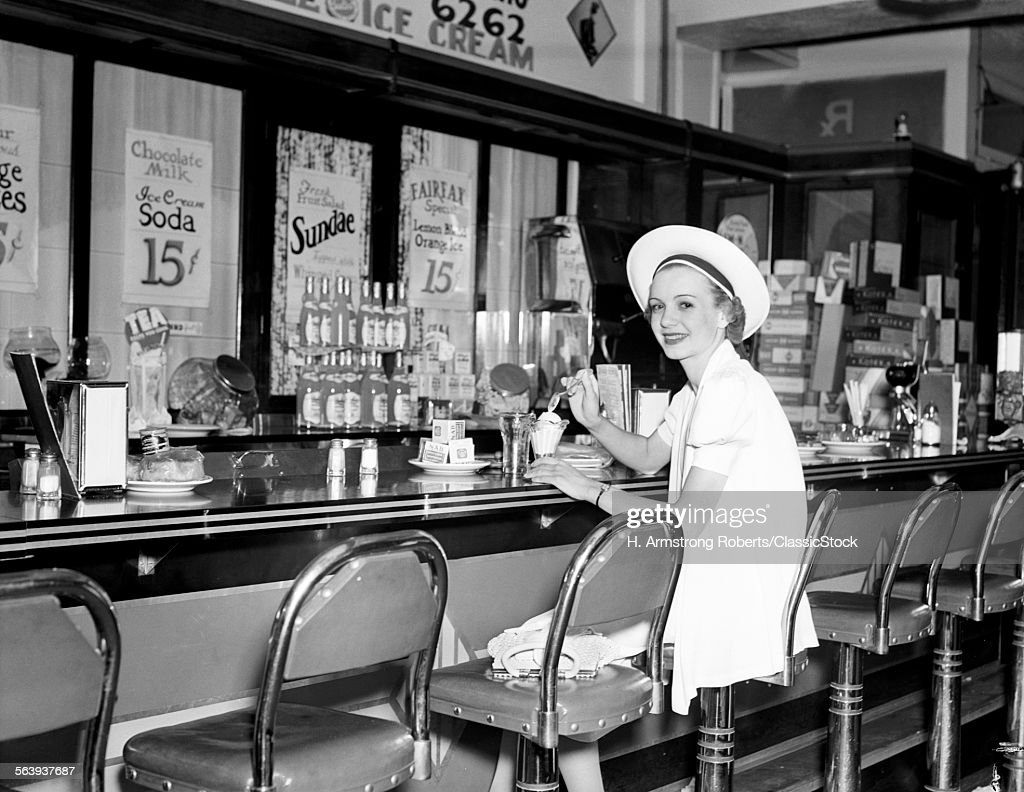 1930s WOMAN IN WHITE DRESS... : News Photo