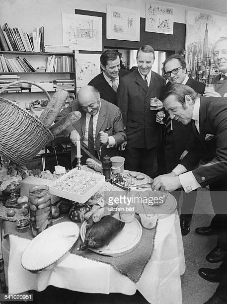 *1931Bildender Künstler Maler Graphiker DFrühstück bei Timm vl Heinz Holl Walter Giller Klaus Hübner Achim Striezel Rainer Brander und Timm 1969
