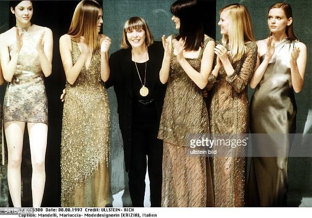 1933Unternehmerin ,Modedesignerin, Italienmit Models beim Defilee nach derPräsentation der Kollektion Herbst/Winter1997/1998- 1997