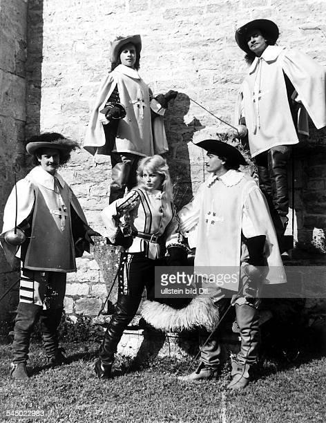 1936Schauspielerin F in dem Film ' Die drei Musketiere'zusammen mit den Musketierdarstellernrechts unten Gerard Barray alsD'ArtagnanR B...