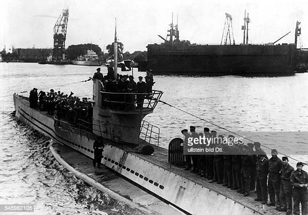 1913 1940KapitänleutnantUBootKommandant D nach erfolgreicher Feindfahrtläuft sein UBoot in den HeimathafeneinEnde September 1940