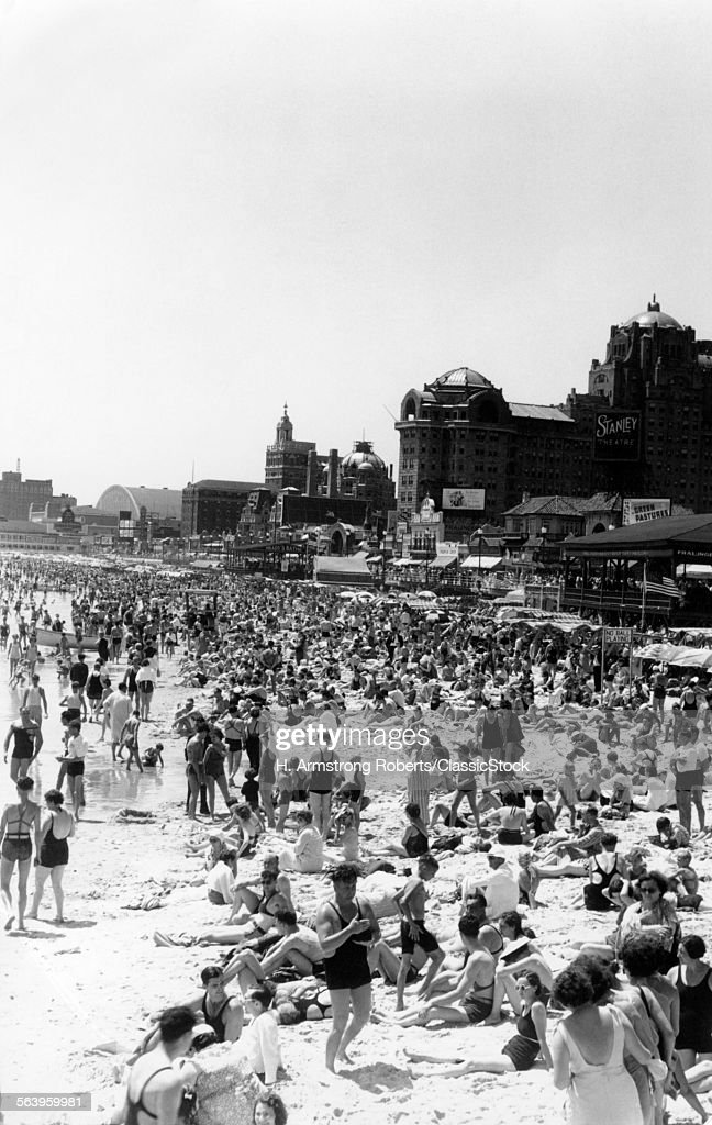 1940s BEACH CROWD OF... : News Photo