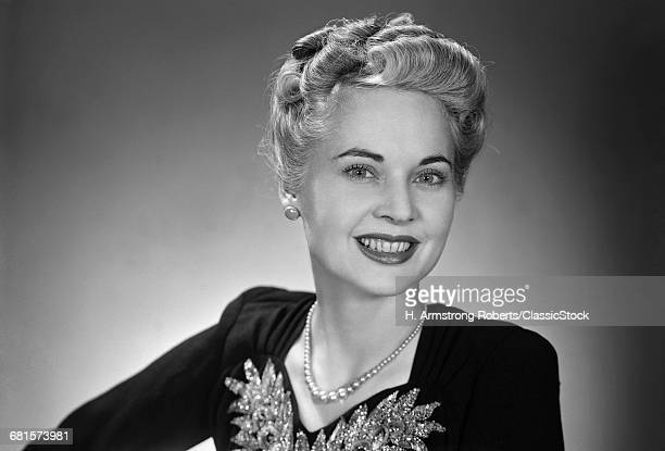 1940s PORTRAIT MIDDLE AGED WOMAN UPSCALE ELEGANT GRAY HAIR PEARL NECKLACE SMILING LOOKING AT CAMERA