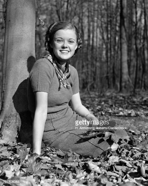 1940s PRETTY SMILING TEEN...