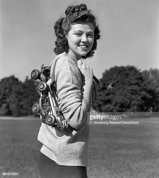 1940s SMILING BRUNETTE...