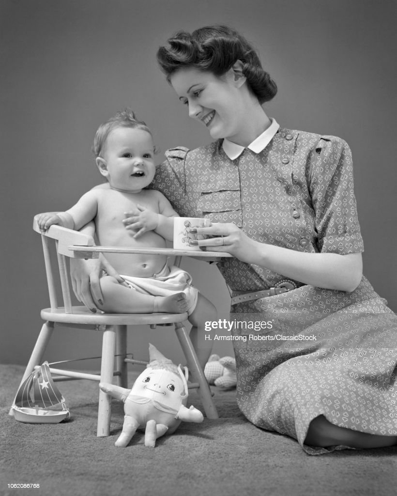 1940s SMILING MOTHER... : News Photo