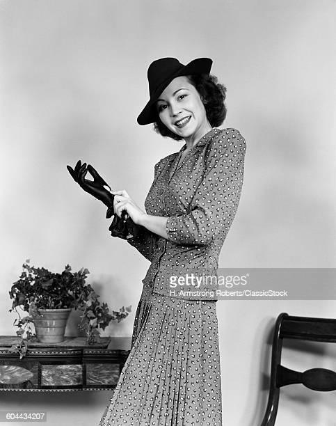 1940s SMILING STYLISH.