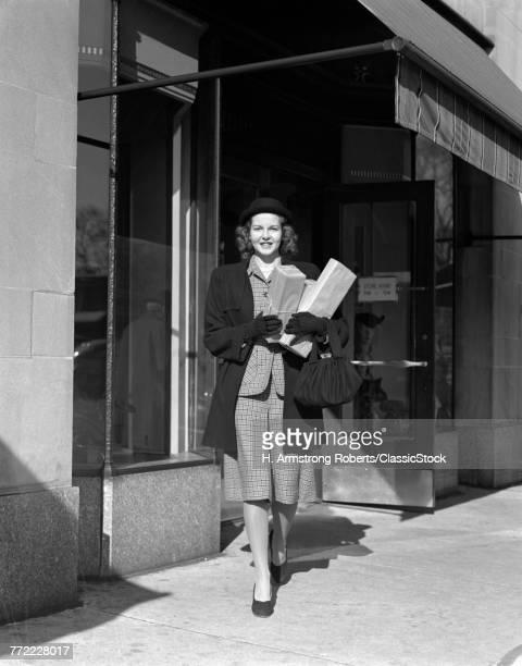 1940s WOMAN SHOPPER...