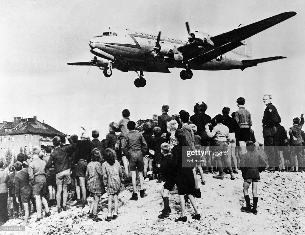 Berlin Airlift Plane Landing : Nieuwsfoto's
