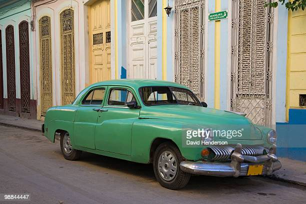 1950s car parked on dilapidated street - cuba 1950s stock photos and pictures