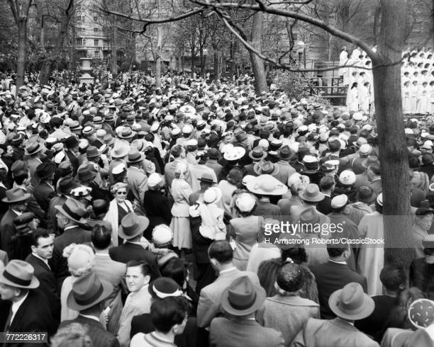 1950s EASTER SUNDAY CROWD...