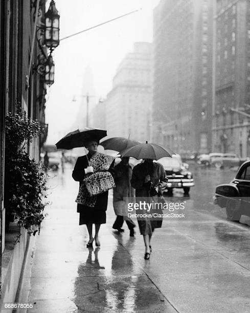 1950s FASHIONABLE WOMAN...