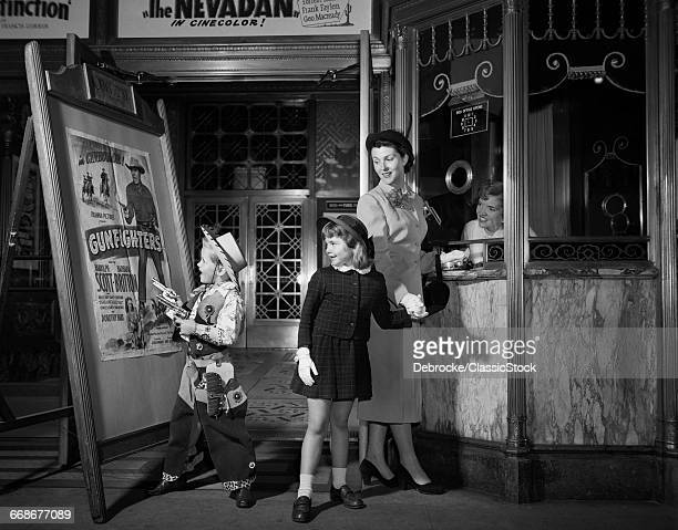 1950s MOTHER TAKING KIDS...