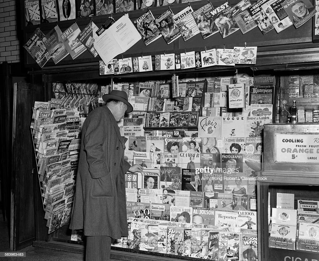 1950s NEWSSTAND WITH MAN... : News Photo