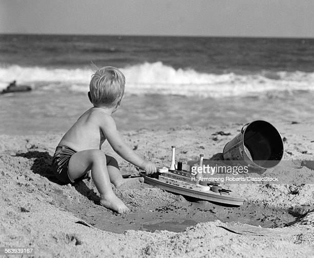 1950s SIDE VIEW OF BOY...