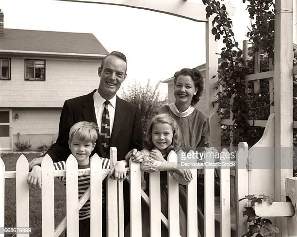 1950s SMILING FAMILY OF...