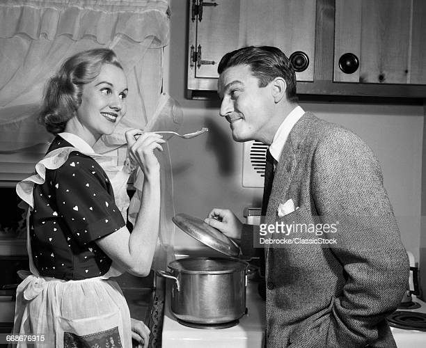 1950s SMILING HOUSEWIFE AT...