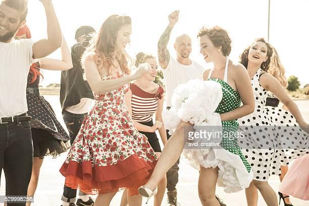 Style des années 1950 gens danse à l'extérieur
