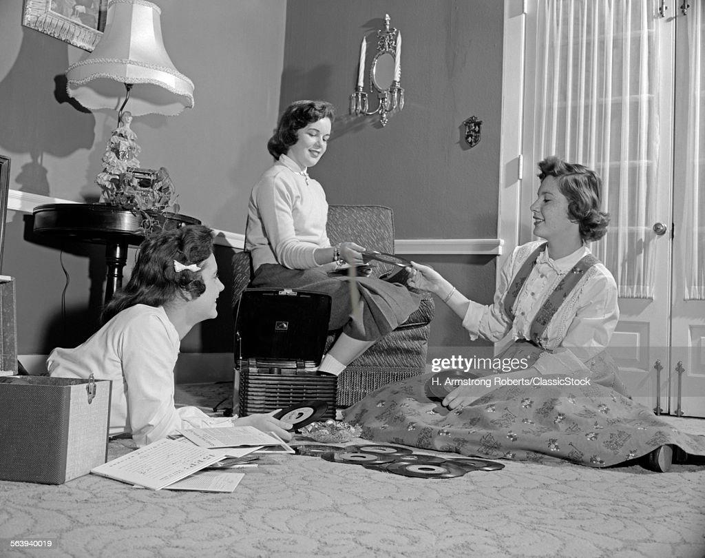 1950s THREE TEEN GIRLS... : News Photo