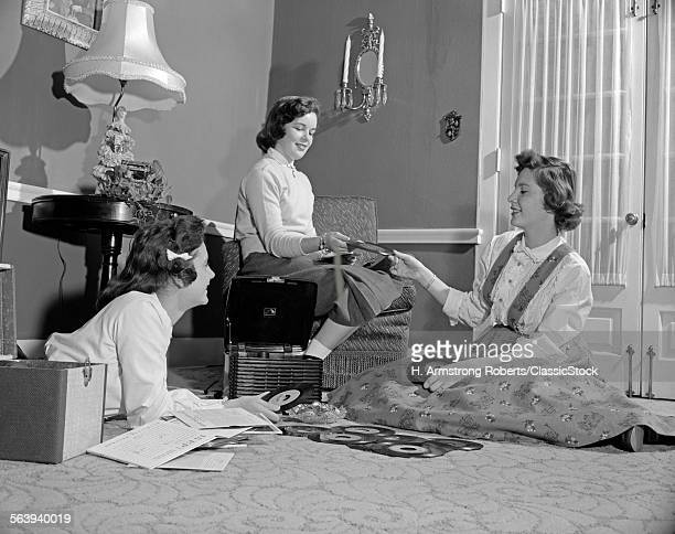 1950s THREE TEEN GIRLS TALKING LISTENING TO MUSIC PLAYING 45 RPM RECORDS PORTABLE PHONOGRAPH RECORD PLAYER